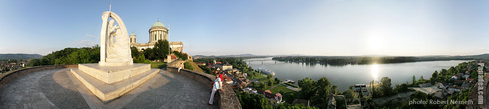 River Danube and the Cathedral of Esztergom - Esztergom (Gran), Ungarn - Panorama (Panoramafoto)